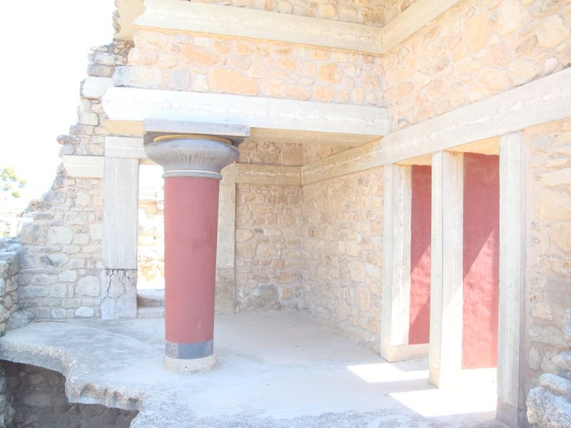 044. Wooden ceilings in Knossos - (Κνωσσός). To solve seismic problems in Knossos the ancient architects used wooden ceilings between the stone blocks. After the reconstruction those ceilings were changed for concrete ones stylized like wood.
