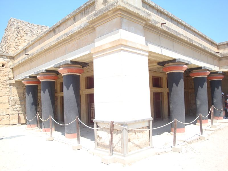062. Hall of the Double Axes - The Hall of the Double Axes got its name from the crude axe symbols (labrys) carved on the walls. Probably, it is a King's Hall at Knossos (Κνωσσός)