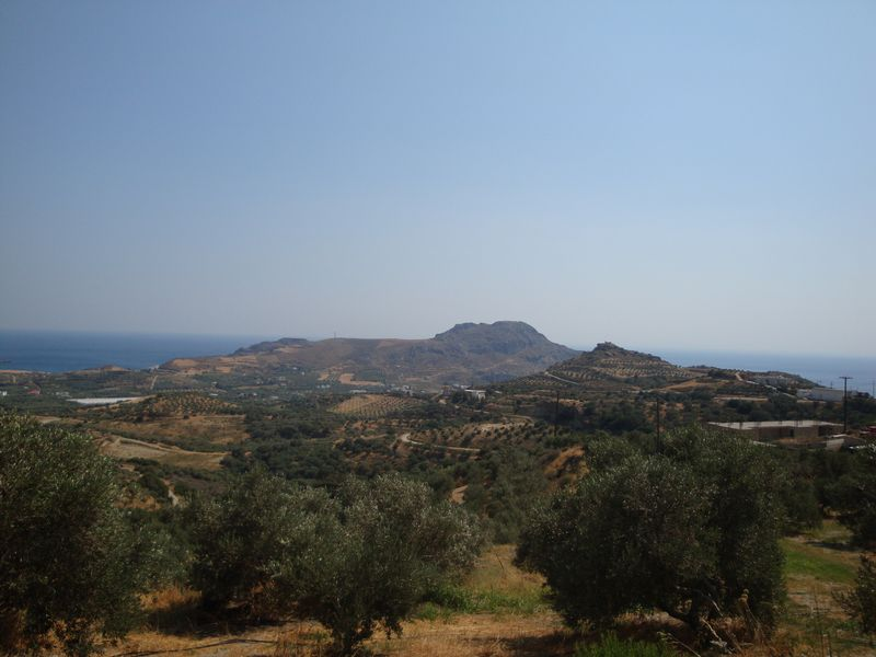002. South Crete, Damnoni and Plakias beaches - On the left there is Damnoni beach (η παραλία Δαμνόνι), on the right there is Plakias beach (η παραλία Πλακιάς), Rethymno (Ρέθυμνο). South Crete is wayward, wild and beautiful! There are long belts of clean and empty beaches. Not many people. Silence, beauty, and calmness! The climate is drier and therefore it is better than in the north of Crete. There is no stifling and soggy heat here so it is easier to endure July hot. The place works fine for families with children. The Libyan sea is almost invariably calm, without waves, but the water is a bit colder (can't say like 'newly drawn milk') because of the mountain rivers emptying themselves into the sea. You should remember that there is much less entertainment here than in the North Crete. It is quite difficult and takes a long while to get somewhere from South Crete by car or bus because of its serpentine roads.